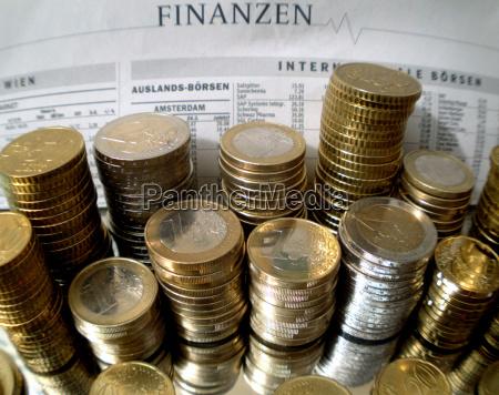 symbolbild geldstapel und finanzen