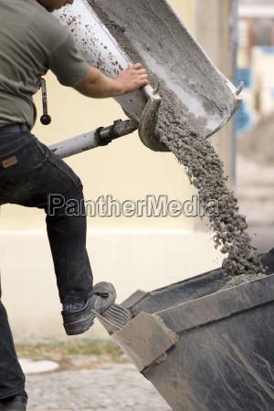 arbeiter beim abfullen von beton