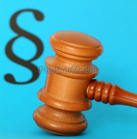 richterhammer und paragraph symbolbild justiz