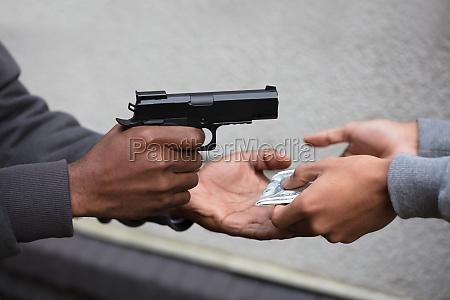 hand die pistolen pistole zeigt auf