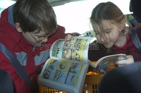 kinder im auto lesen comics