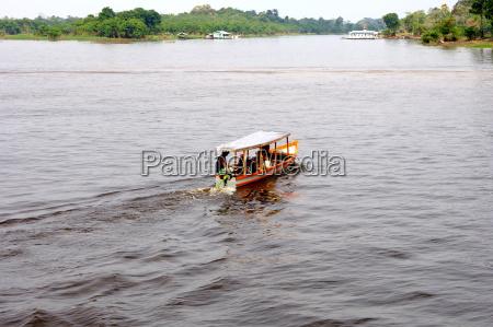 lokaler bootsverkehr auf dem rio negro