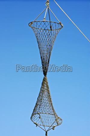 fischernetz haengt in der luft vor