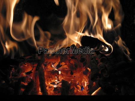 flammenglut im kachelofen teilansicht