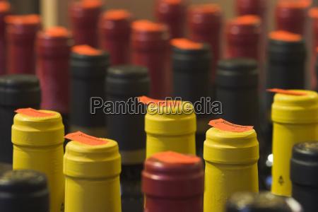 div weinflaschen mit preisschild sonderpreis