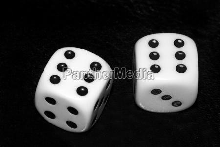 zwei wurfel zeigen sechs punkte