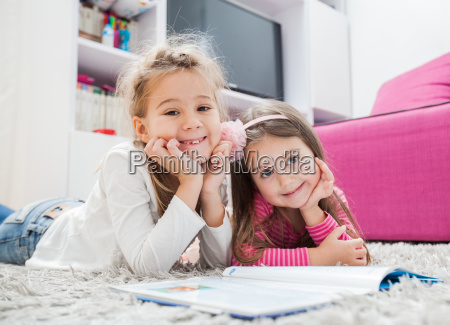 glueckliche kleine maedchen lesen buch