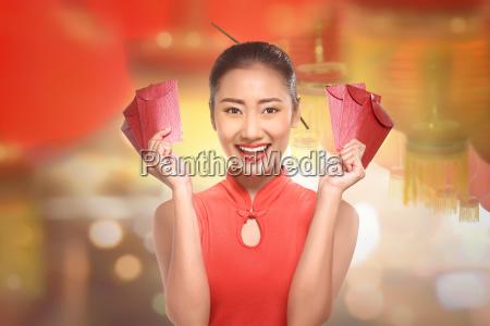 junge chinesin in einer cheongsam kleidung