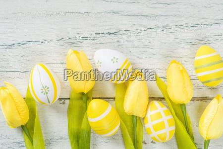 ostereier und tulpen mit textfreiraum