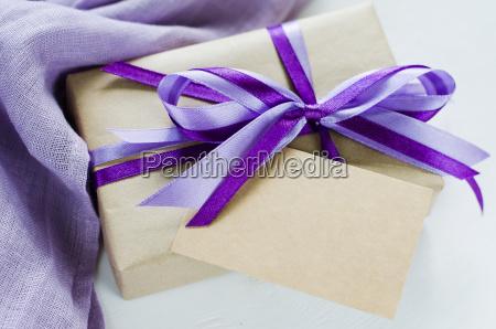 geschenk oder geschenkbox und leere grusskarte