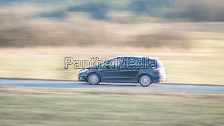 fahrendes auto mit bewegungsunschaerfe