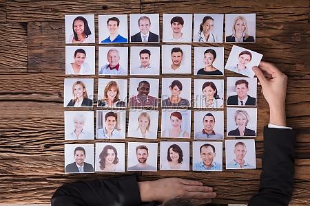 geschaeftsmann waehlt foto von kandidat