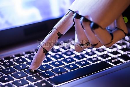 roboter der auf laptop schreibt
