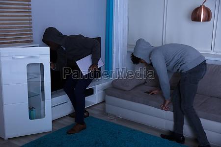 zwei einbrecher die sachen im haus