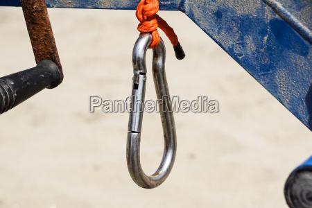 klettersportbild eines karabiner auf einem seil