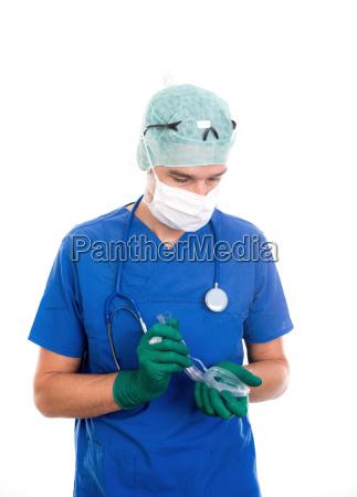 junger anaesthesist mit larynxmaske