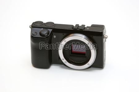 symbolfoto gehaeuse einer systemkamera ohne objektiv