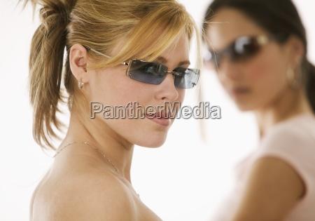 portrait, der, frauen, die, sonnenbrillen, tragen - 23874088