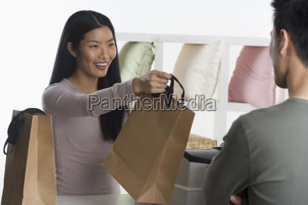 verkaeuferin unterstuetzt kunden