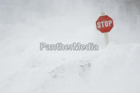 schild signal zeichen farbe winter verschneit