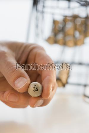 mann haelt bingo ball