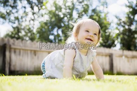 baby 6 11 monate lachend im