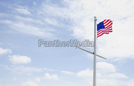 amerikanische flagge gegen bewoelkten himmel