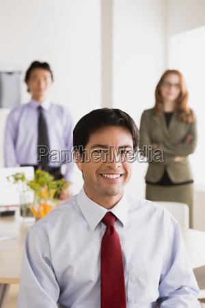 buero lachen lacht lachend belaecheln kichern