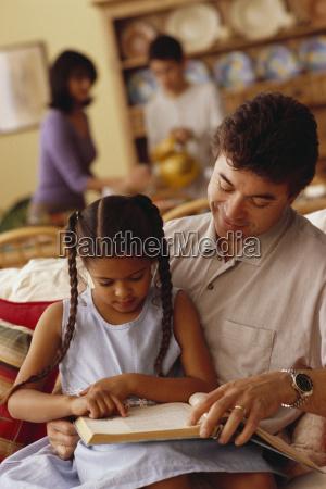 lesung des jungen maedchens mit ihrem