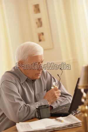 senior am laptop arbeiten