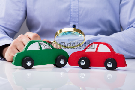 rotes und gruenes auto durch lupe