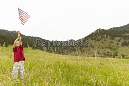 junge 6 7 winken amerikanische flagge