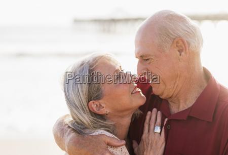 seniorenpaar am strand