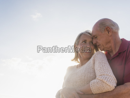 senior paar umarmt