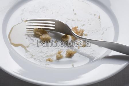 gabel auf schmutziger platte