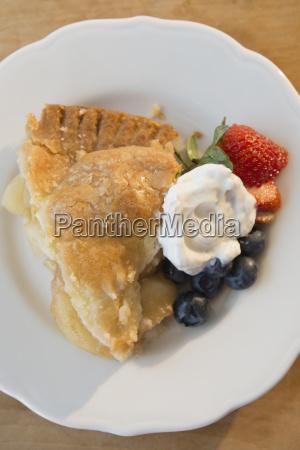 nahaufnahme der portion apfelkuchen mit frischen