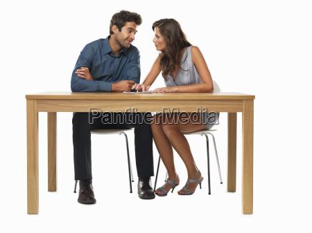 paare die bei tisch sitzen und