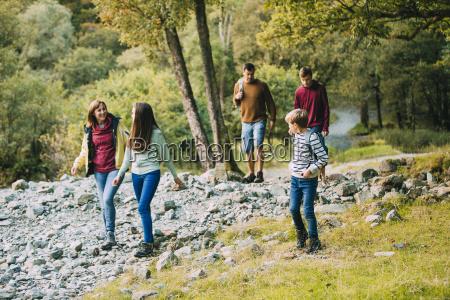 familie wandern durch den lake district