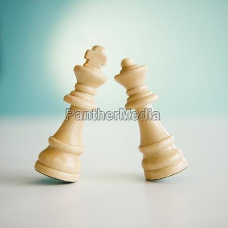 studioaufnahme von koenig und koenigin schachfiguren