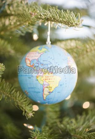 kugelflitter auf weihnachtsbaum