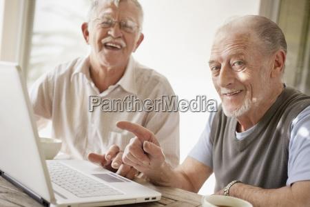aeltere maenner die laptop verwenden