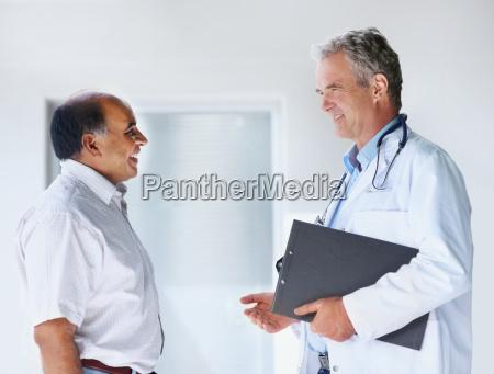 arzt im gespraech mit patienten