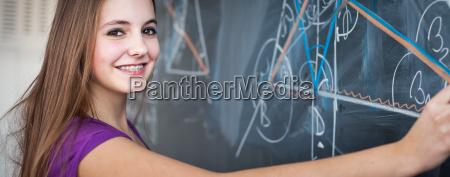 portraet eines huebschen jungen studenten der