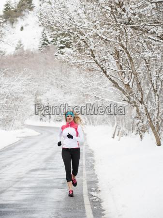 frau gesundheit winter tor durchgang pforte