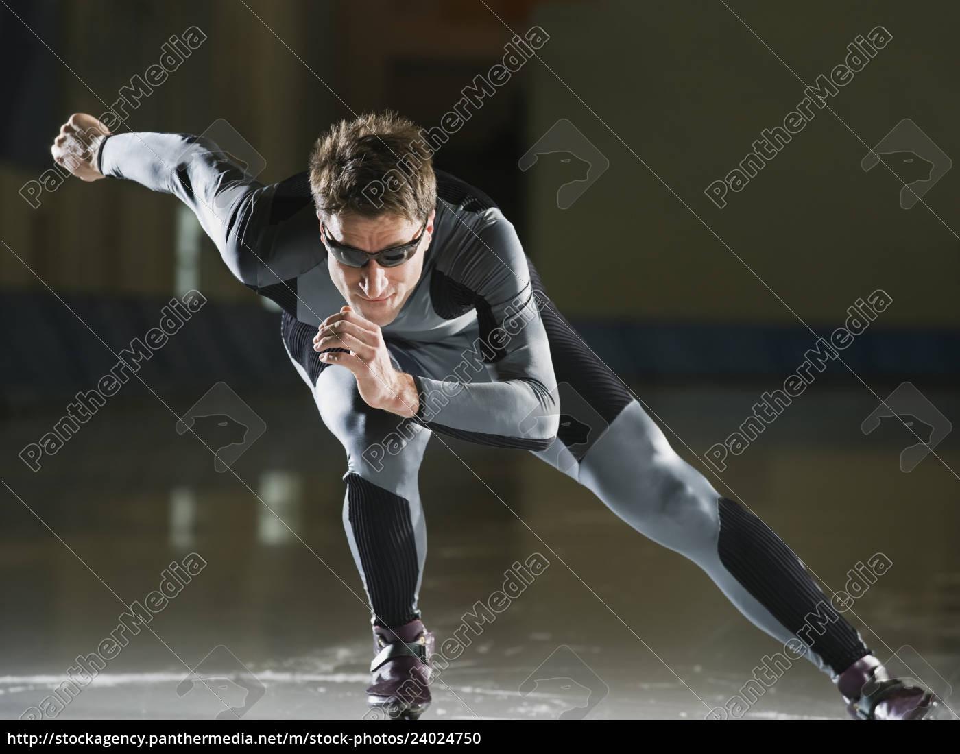 männlicher, geschwindigkeits-skater, der, eisläuft - 24024750