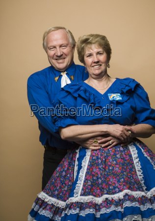 senior paar in quadratischen tanz outfits