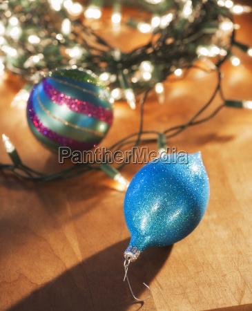 christbaumkugel unter weihnachtsbaum