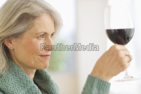 senior konnosseurin verkostung rotwein