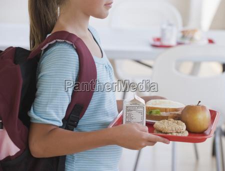 tragendes mittagessensegment des maedchens in der