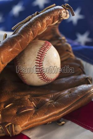 baseball und amerikanische flagge